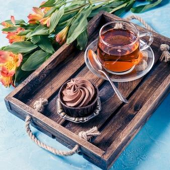 Beeld van licht ontbijt, zwarte thee, muffin
