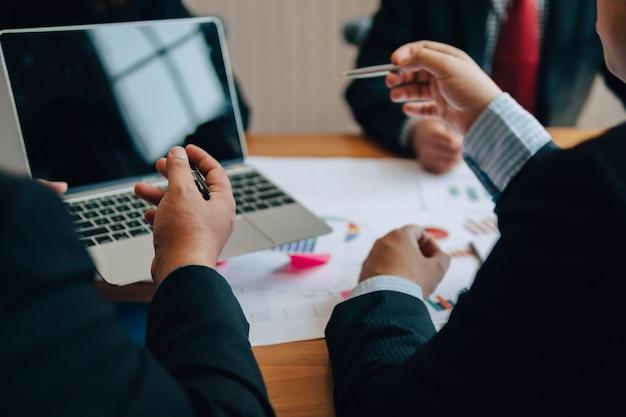 Beeld van menselijke handen tijdens administratie op vergadering. in het kantoor