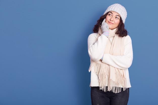Beeld van nadenkende peinzende leuke jonge vrouw over geïsoleerde status