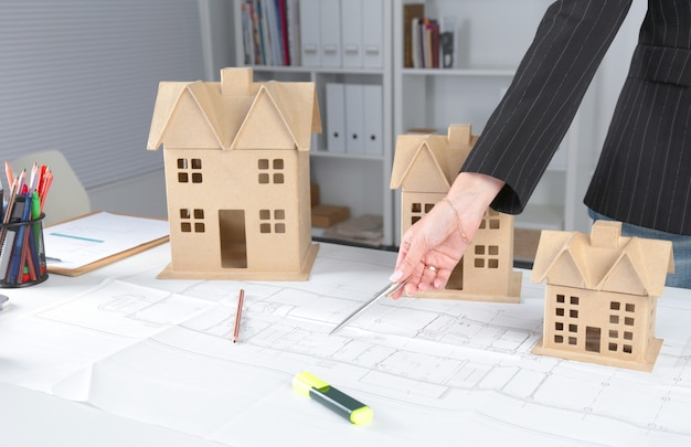 Beeld van nieuw modelhuis op architectuurblauwdruk