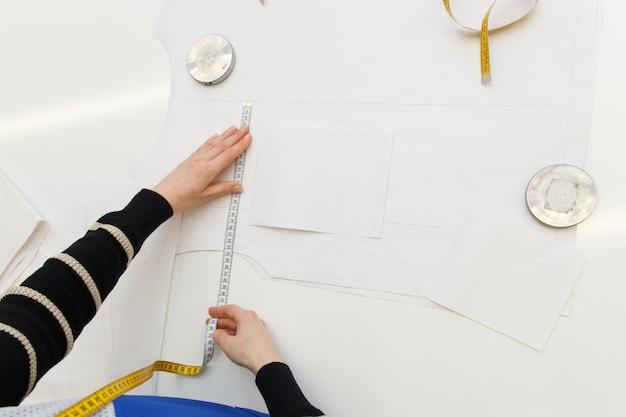 Beeld van ontwerperhanden die in workshop werken