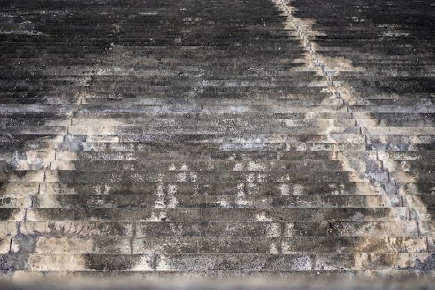 Beeld van oude grijze concrete treden als achtergrond.