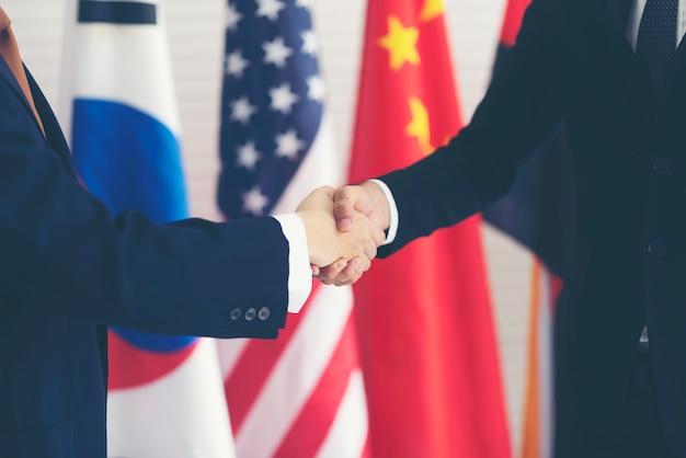 Beeld van persconferentie over internationale samenwerking van leiders en zakenmensen