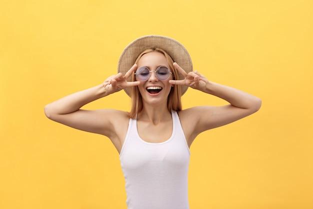 Beeld van vrolijke kaukasische vrouw die het toevallige kleding glimlachen dragen