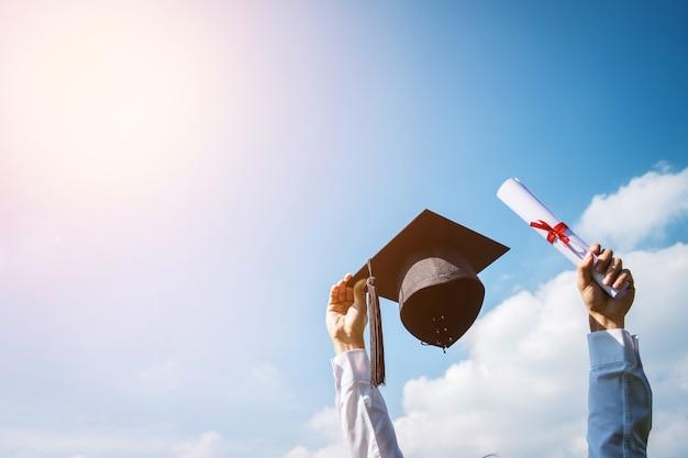 Beelden van afgestudeerden vieren het eindexamen met de hand omhoog