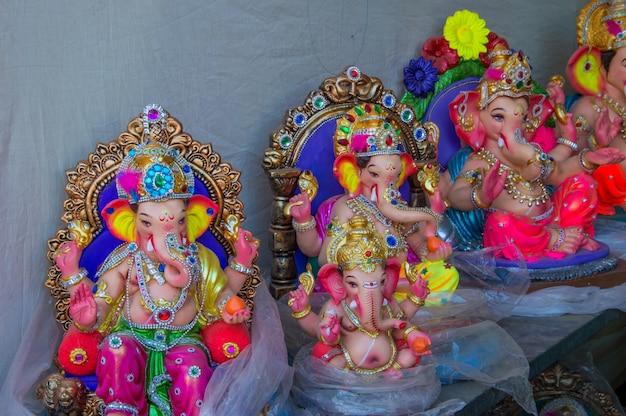Beelden van de hindoe-god ganesha tijdens een workshop