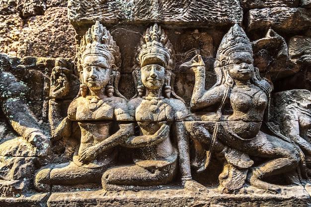 Beeldhouwen aan de muur terras van de tempel van olifanten in angkor wat, cambodja