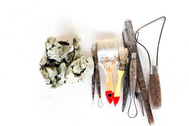 Beeldhouwen gereedschappen achtergrond instellen. kunst en ambachthulpmiddelen op een witte achtergrond.