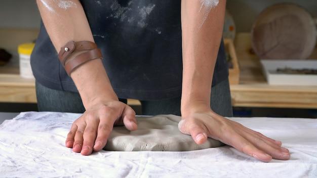 Beeldhouwer maakt artistieke keramische producten. creatief persoon