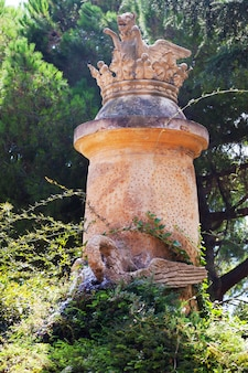 Beeldhouwwerk in labyrinth park van horta in barcelona