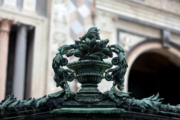 Beeldhouwwerk op de poort van de basiliek van santa maria maggiore