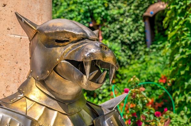 Beeldhouwwerk van een ridder in pantser in het kasteel van ravadinovo, bulgarije
