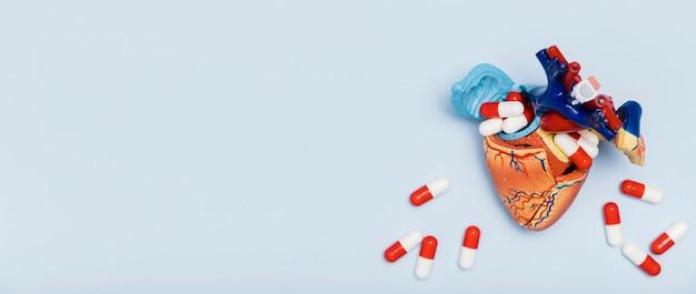 Beeldje van hart omringd door capsules