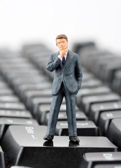 Beeldje van zakenman op toetsenbord