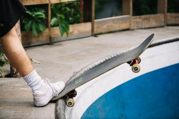Been bijsnijden met skateboard