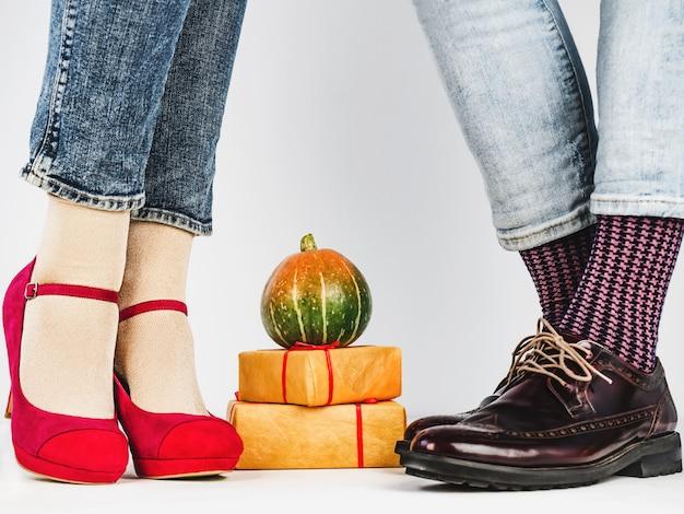 Been- en damesbenen, lichte sokken. detailopname
