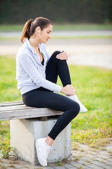 Beenblessure. vrouw die aan pijn in been na training lijdt