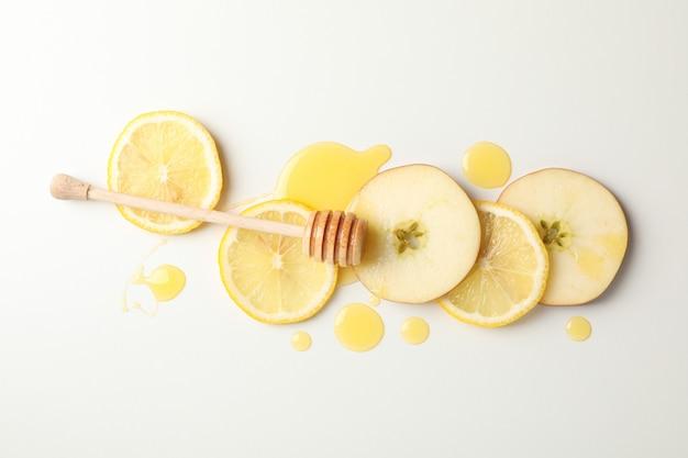 Beer, honing, appel en citroen segmenten op wit