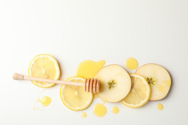 Beer, honing, appel en citroen segmenten op witte achtergrond