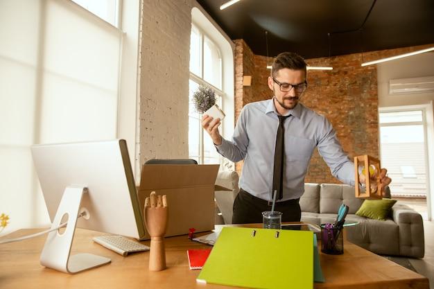 Begin. een jonge zakenman die op kantoor beweegt