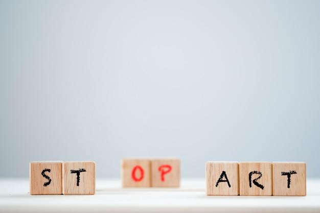 Begin en stop sleutelwoord op houten kubiek