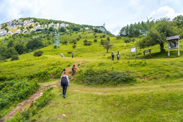Begin van de klim naar mt. mount aizkorri 1523 meter, de hoogste in guipuzcoa. baskenland. klim door san adrian en keer terug door de oltza-velden