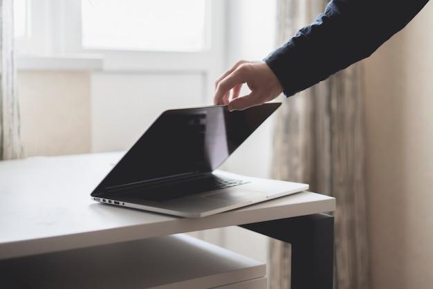 Begin van een nieuwe dag open laptop en werk aan een project