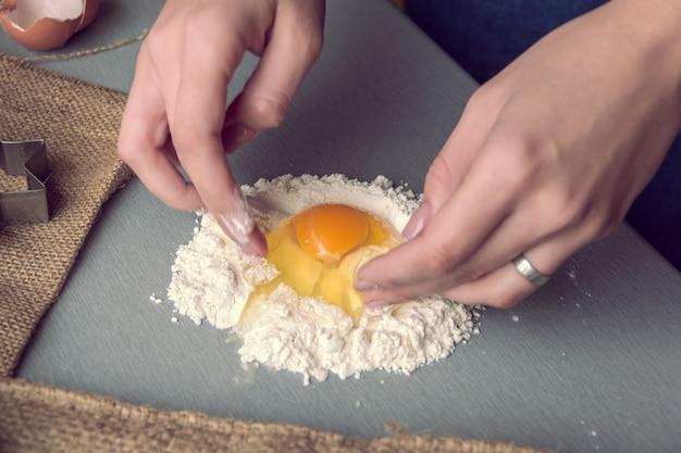 Begin van het kneden van deeg met bloem en ei