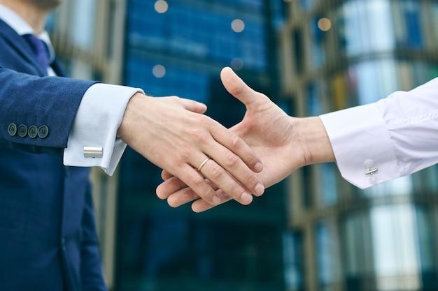 Begin van succesvolle zakenlieden die handshaking na goede deal