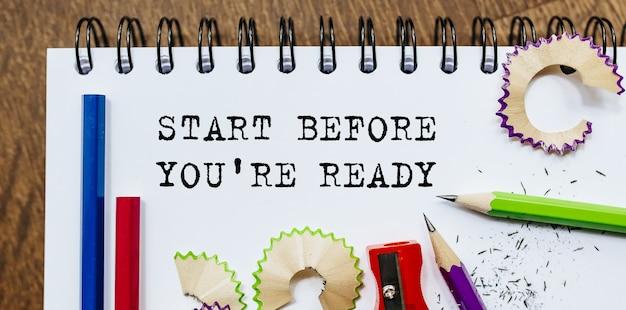 Begin voordat je klaar bent, tekst geschreven op papier met potloden op kantoor