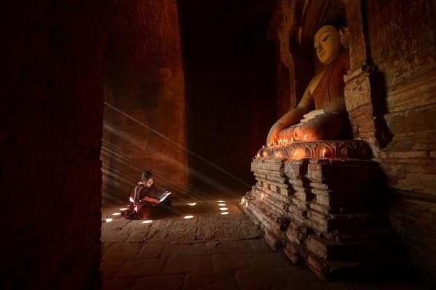 Beginnende monniken in de vlakte van bagan tijdens zonsopgang, myanmar oude, myanmar religie,
