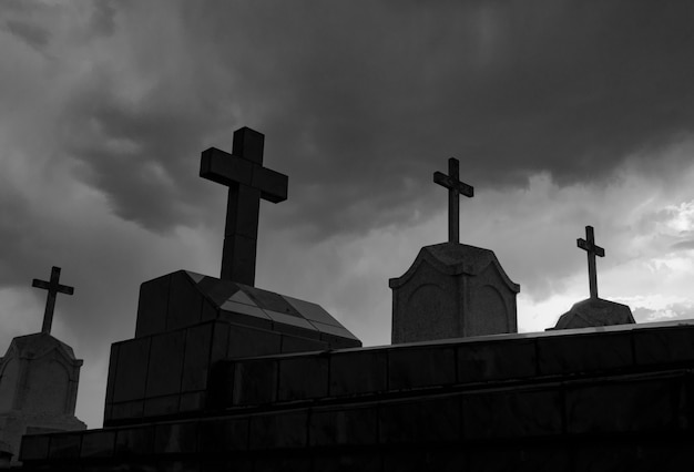 Begraafplaats of kerkhof 's nachts in zwart-wit