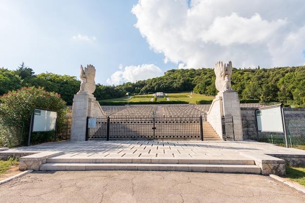 Begraafplaats waar in de tweede wereldoorlog omgekomen poolse soldaten in montecassino bij de abdij, italië, zijn begraven