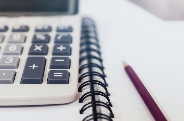 Begrotingsconcept begrotingstekst en rapport over calculator