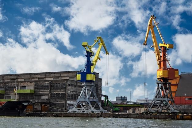 Behandeling van het schip in de haven. letland, ventspils