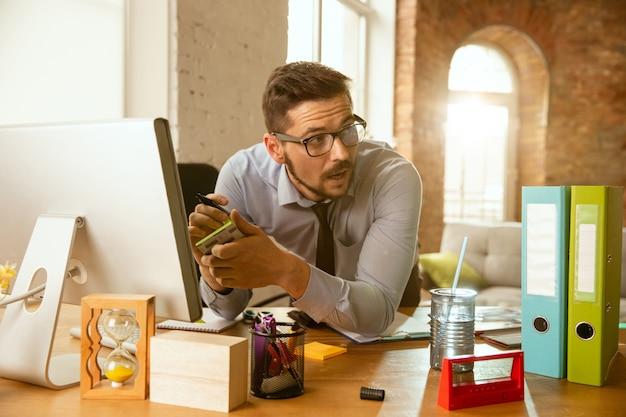 Beheer. een jonge zakenman die op kantoor beweegt