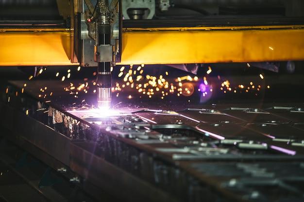 Beheer van laserapparatuur en productie van metalen constructies en machines