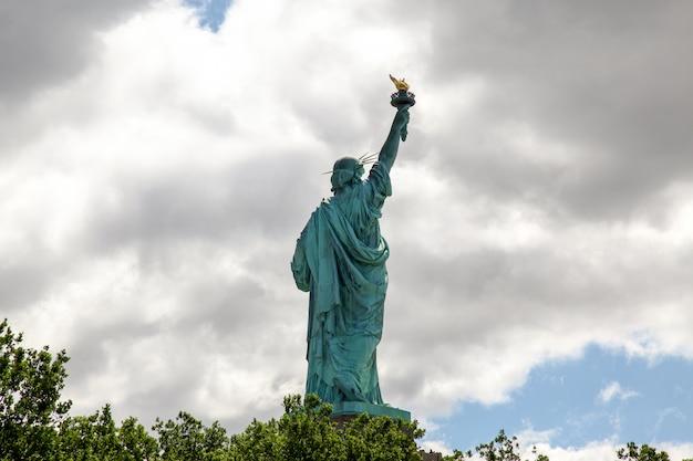 Behiden het vrijheidsbeeld is amerikaans symbool en beroemd in new york, vs.