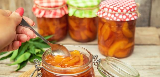 Behoud van jam van nectarine. selectieve aandacht. voedsel.