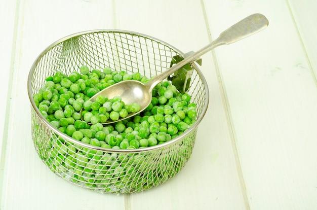 Behoud van vitamines. bevroren groene erwten. organische groenten. studio foto