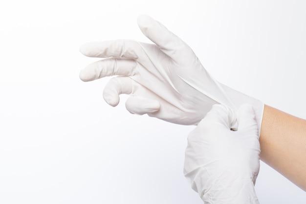 Beide handen dragen witte latexhandschoen