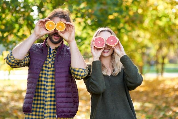 Beide ogen bedekt met citrusvruchten