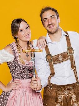 Beierse man en vrouw poseren