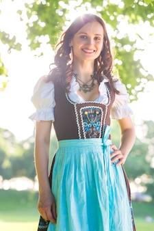 Beierse vrouw die traditionele dirndl draagt