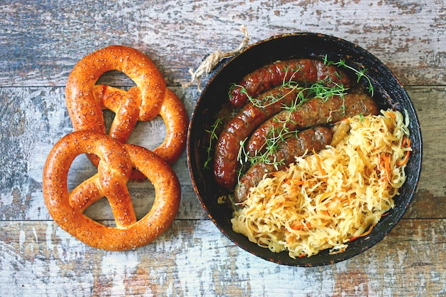 Beierse worstjes en zuurkool in een pan.