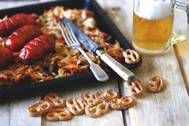 Beierse worstjes met zuurkool in een pan