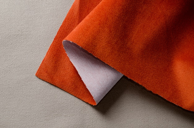 Beige en koraal kleuren zachte velours stoffen. stof textuur