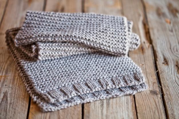 Beige gebreide houten sjaal
