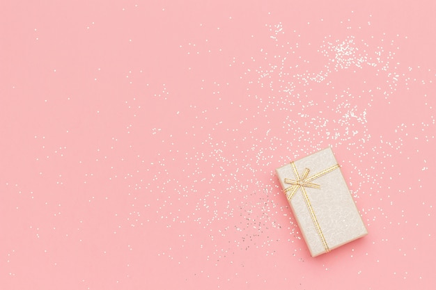 Beige geschenkdoos met strik in de hoek op roze