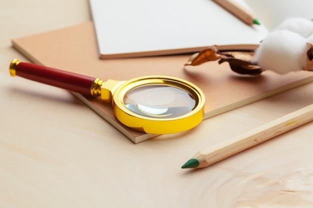 Beige kleur moderne werkplek op houten oppervlak tafel met veel dingen erop